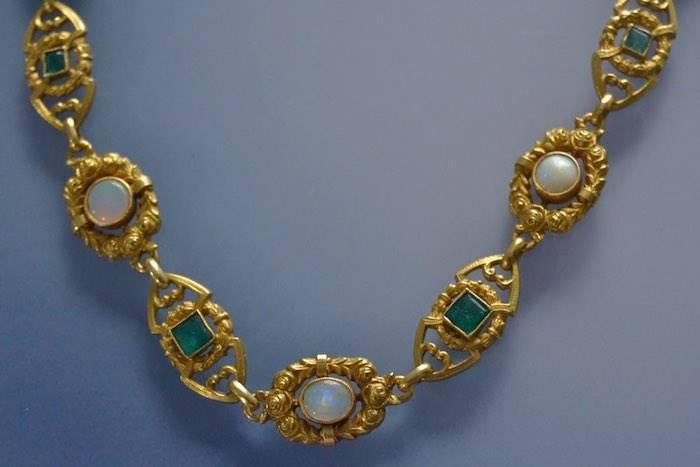 collier opales et emeraudes