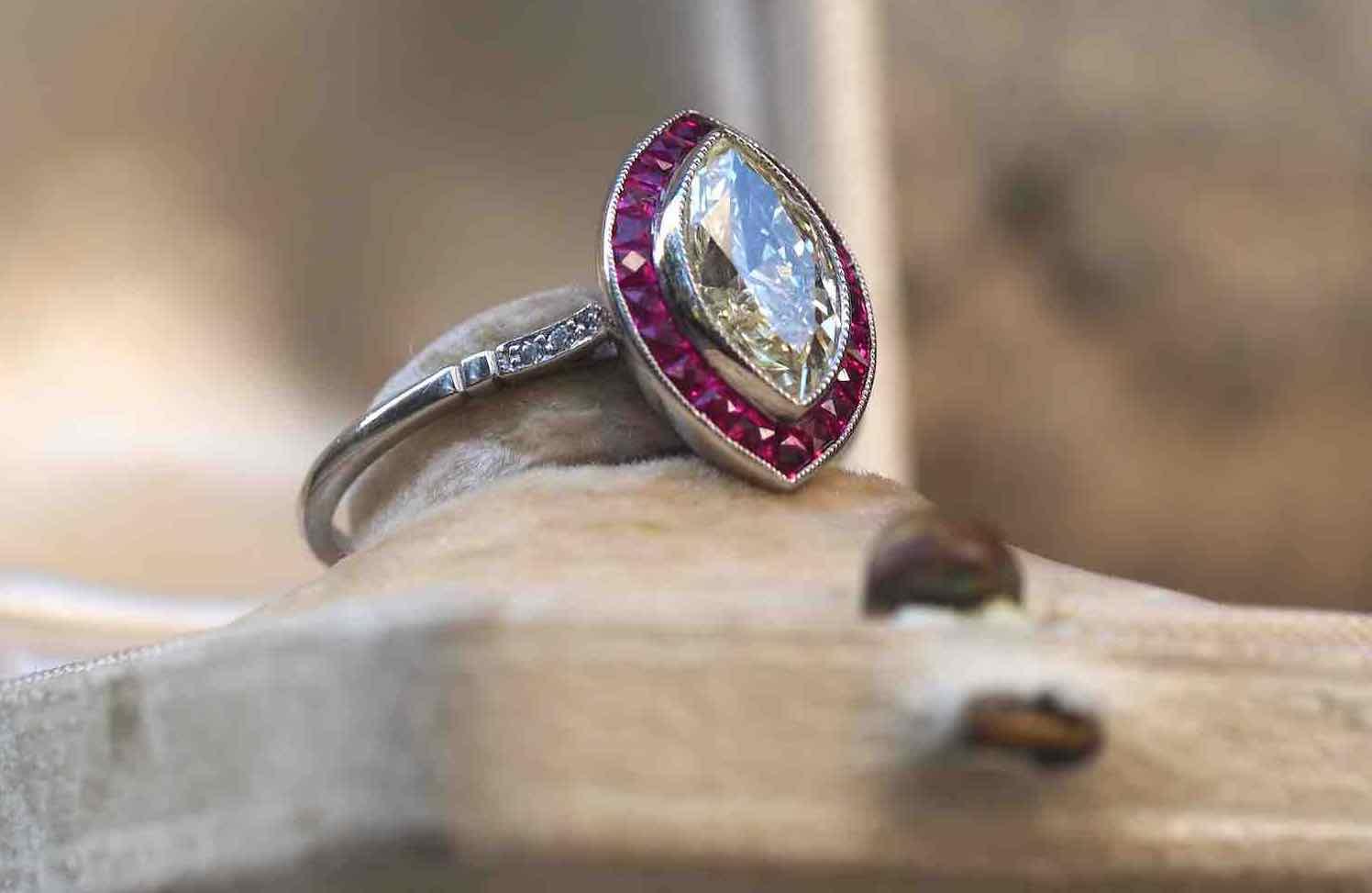 bague navette diamant centrale et rubis